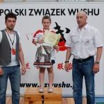 AMW_Choy Lee Fut Polska_Puchar Polski Wushu 2011_Ola Ostaszewska_dekoracja dla najlepszej zawodniczki w kategorii juniorek