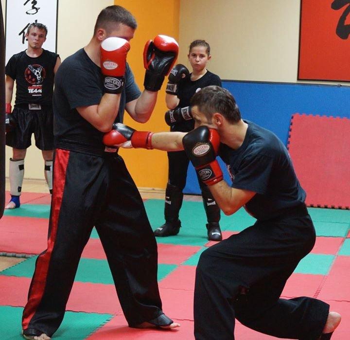 Choy Lee Fut Polska_techniki walki_sanda/kickboxing_instruktor Henryk Piwowar wraz z asystentem